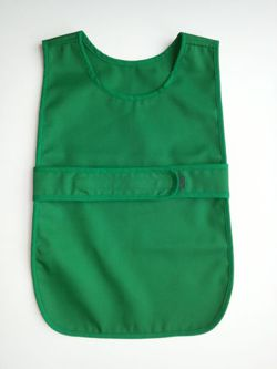 Apron fastened at the front for 4-5 year olds in a set with 12 cloths - green